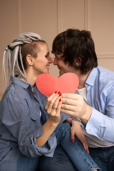 Rode hartvalentijnskaart in paarhanden. valentijnsdag vieren.