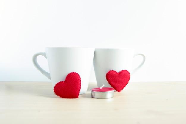 Rode hartvorm met twee witte mokken op houten lijst