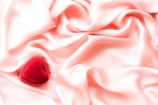 Rode hartvormige sieraden geschenkdoos op roze zijde valentijnsdag ware liefde verloving en voorstel c...