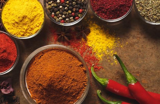 Rode hete chili pepers. plaats voor tekst. verschillende soorten specerijen in een kom
