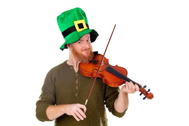 Rode hoofdmens die met groene hoed een viool speelt