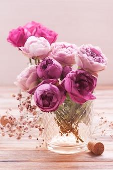 Rode hortensiabloemen en roze rozen