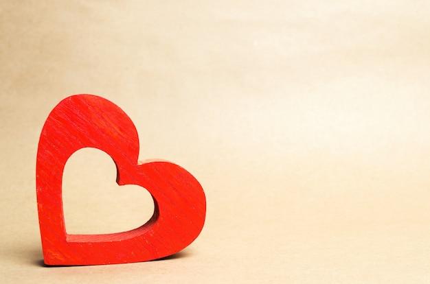 Rode houten hart, isoleren, het concept van liefde, romantiek, gevoelens, valentijnsdag