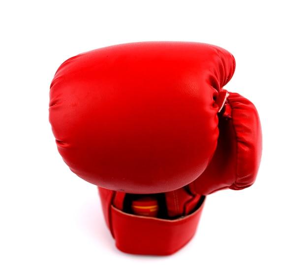 Rode in dozen doende vuisthandschoenen tegen een witte achtergrond