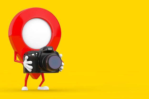 Rode kaart aanwijzer doel pin karakter mascotte met moderne digitale fotocamera op een gele achtergrond. 3d-rendering
