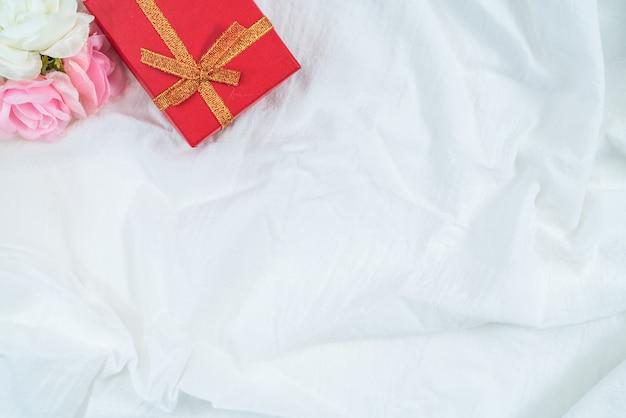 Rode kartonnen doos voor geschenken en bloem, geïsoleerd