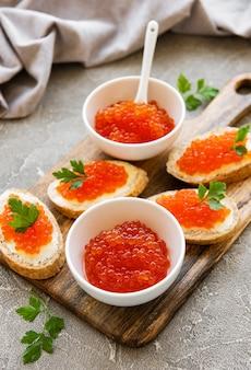 Rode kaviaar in kom en broodjes