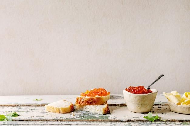 Rode kaviaar met brood en boter