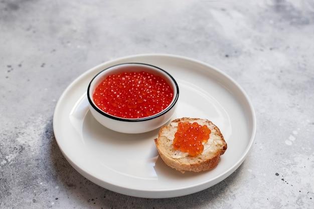 Rode kaviaarzalm in een witte plaat op een lichte achtergrond. zee eten. snack
