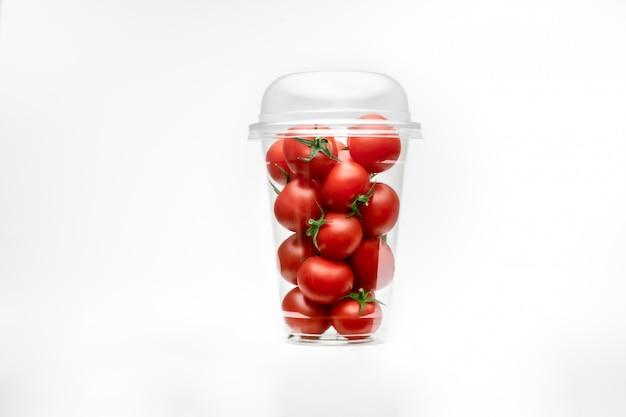 Rode kers, geweldig ontwerp voor elk doel. witte tafelruimte. geïsoleerde gele ruimte. tomaten geïsoleerd. cherry ruimte.