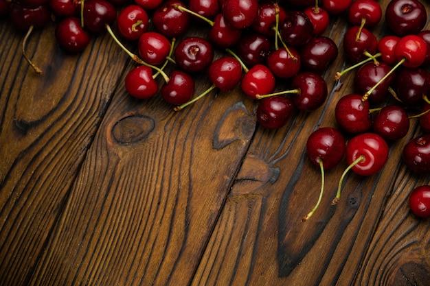 Rode kersen op een bruin houten tafel