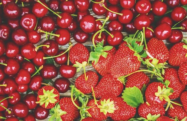 Rode kersen. selectieve aandacht. voedsel aard fruit.