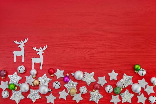 Rode kerst achtergrond. kerstdecoratie op rode houten achtergrond. bovenaanzicht, kopieer ruimte. wenskaart.