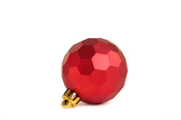 Rode kerst bal geïsoleerd op een witte achtergrond. bovenaanzicht