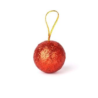 Rode kerst bal geïsoleerd op een witte achtergrond.