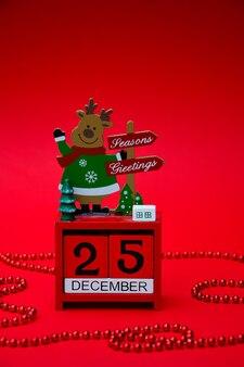 Rode kerst houten kalender met een hert op een rode achtergrond datum 25 december
