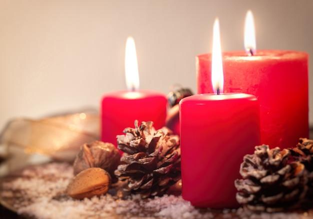 Rode kerst kaarsen met sparappel