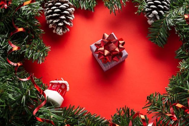 Rode kerstachtergrond met decoratie en geschenkdoos tweede kerstdag