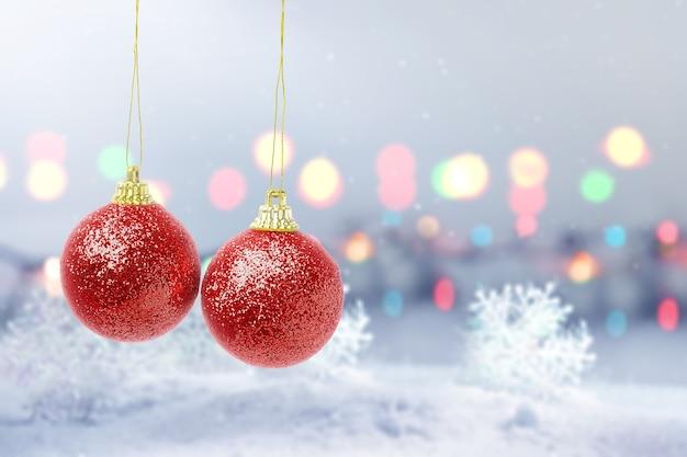 Rode kerstbal opknoping met wazig lichte achtergrond. vrolijk kerstfeest