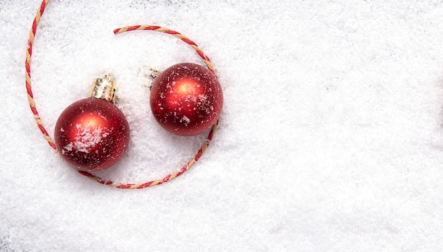 Rode kerstballen, kerstboomversiering op sneeuw, lay-out