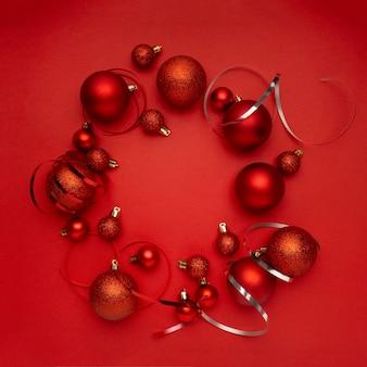 Rode kerstballen krans op rode tafel