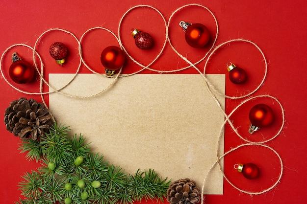 Rode kerstballen met lege pagina mock-up voor wenskaart op rode achtergrond
