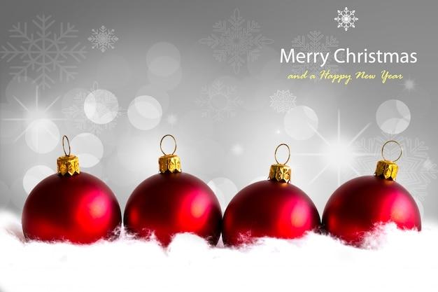 Rode kerstballen met sneeuw