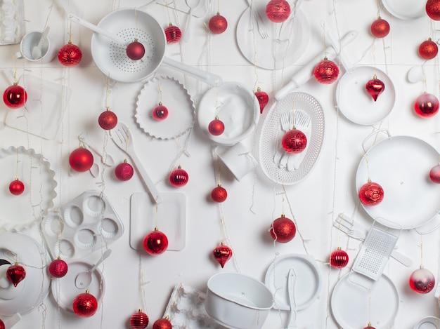 Rode kerstballen op een witte muur