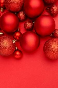 Rode kerstballen op rode tafel