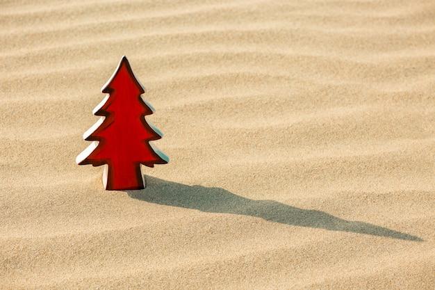 Rode kerstboom op het strand