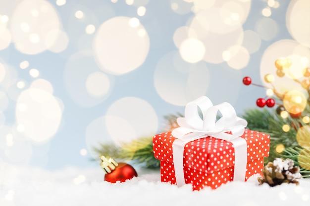Rode kerstcadeau met tak fir tree en decoraties