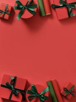 Rode kerstcadeaus, papierrollen voor het inpakken van cadeautjes op rood.