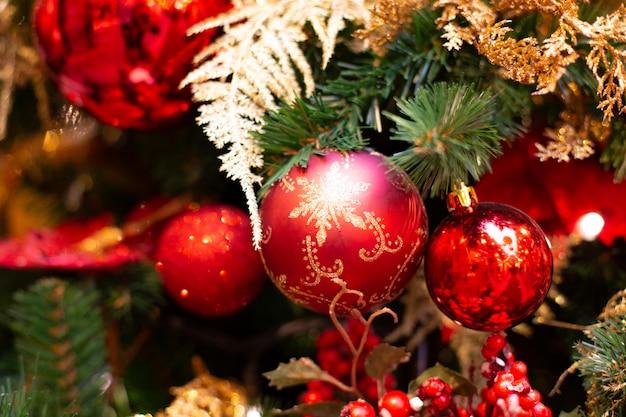 Rode kerstdecoratie in een boom