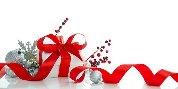 Rode kerstmis en nieuwjaardecoratie die op witte achtergrond wordt geïsoleerd.