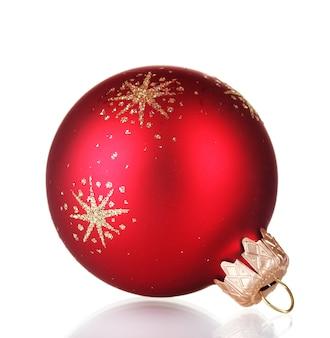 Rode kerstmisbal die op witte achtergrond wordt geïsoleerd