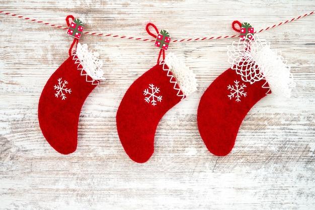 Rode kerstmissokken op een houten achtergrond
