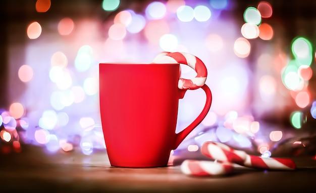 Rode kerstmok in heldere feestelijke background.photo met kopie ruimte