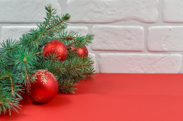 Rode kerstversiering op een rode achtergrond. vrolijke kerstkaart.