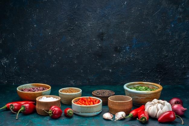 Rode kille paprika's met uien, knoflookgroen op donker