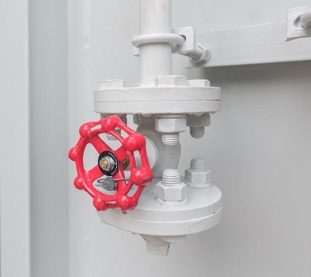 Rode klep smeerolie van elektrische transformator en pijpleiding bij elektriciteitscentrale.