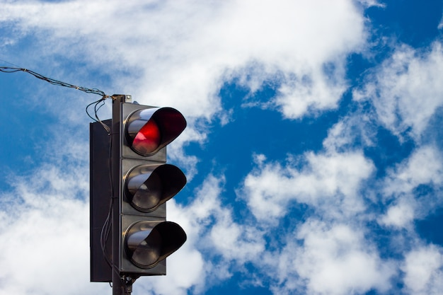 Rode kleur op het verkeerslicht