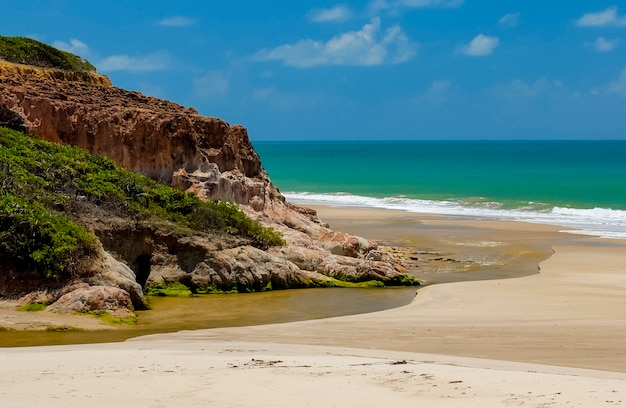 Rode klif in bela strand, conde, paraiba, noordoostkust van brazilië.