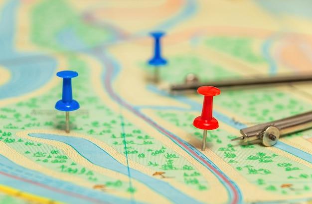 Rode knop op topografische kaart die de noodzakelijke bestemming aangeeft