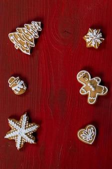 Rode koekje cadeau houten achtergrond