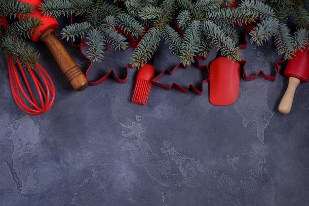 Rode koekjesmessen en gebruiksvoorwerpen en dennenboom