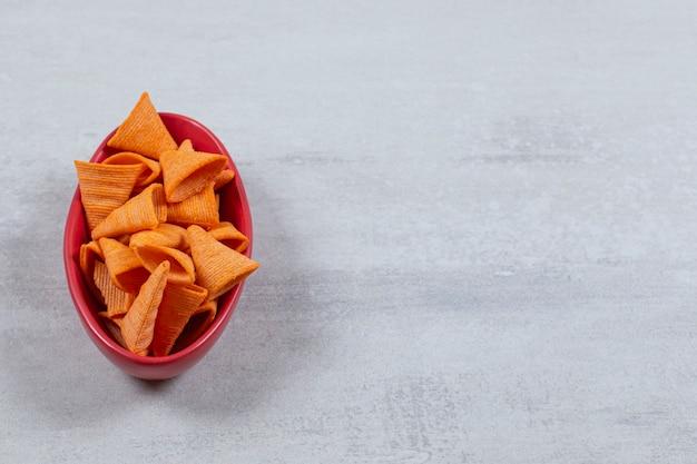 Rode kom vol met pittige hete frietjes.