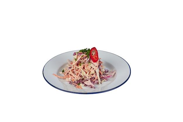 Rode koolsalade met wortelen die op wit worden geïsoleerd