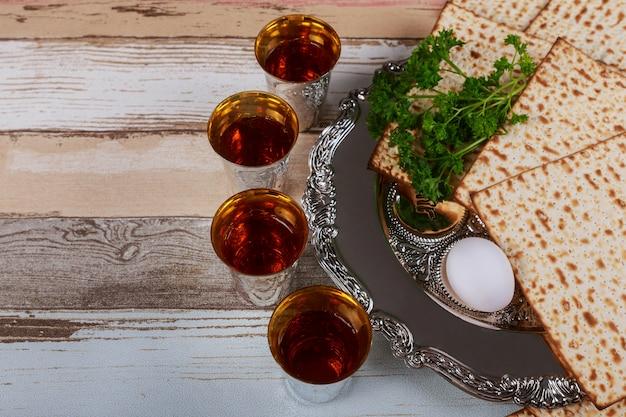 Rode koosjer wijn vier van matzah of matza pascha haggadah