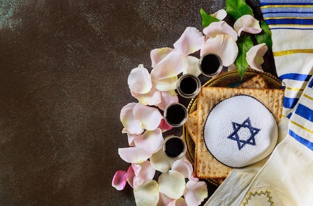 Rode koosjere wijn vier glazen matzah of matza pascha haggadah op talit en kippa een vintage