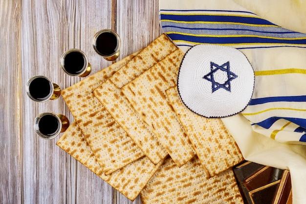Rode koosjere wijn vier glazen matzah of matza pascha haggadah